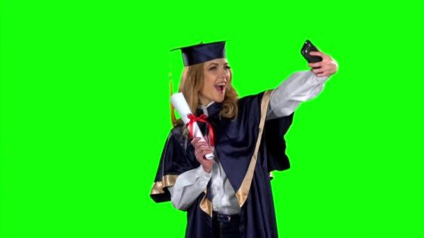 Teszi a selfie fénykép telefonnal. Zöld képernyő. Lassított mozgás