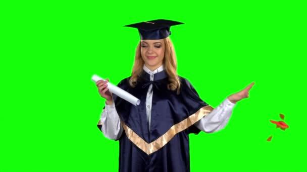 Diplomával nyitja meg diplomáját. Zöld képernyő. Lassított mozgás