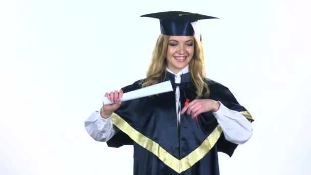 Vysokoškolský diplom s stuhou. Bílé. Zpomaleně