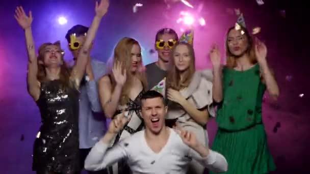 Gli amici ballare e godersi il partito contro le luci stroboscopio, glitter confetti