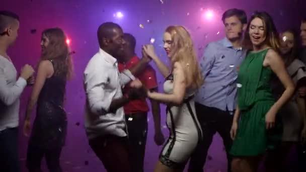 Tánc a szőke lány afrikai amerikai férfi, a párt