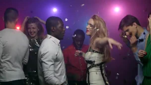 Tanzendes Mädchen mit afrikanischen amerikanischen Mann singen, um die Musik