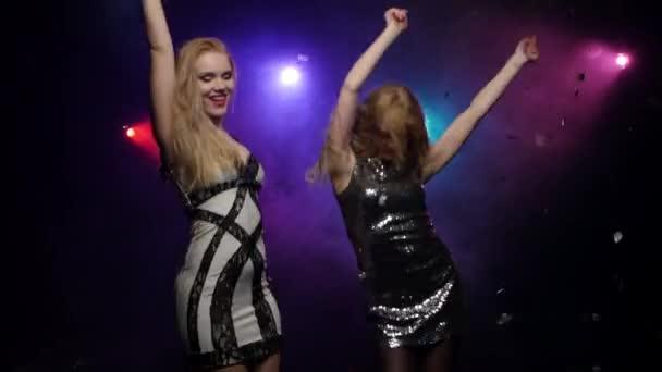 Blond dívka tančí točení kolem sebe. Detail