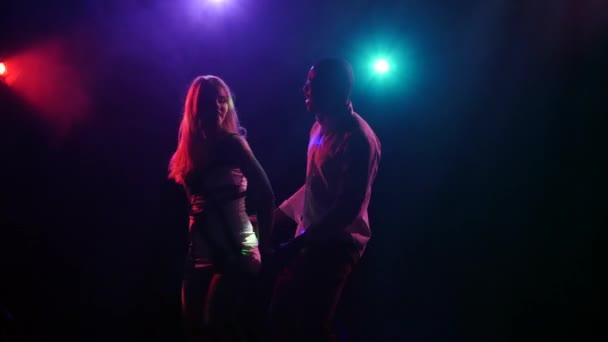 Lateinamerikanischer Tanz von sexy Paar mit synchronisierten Bewegungen