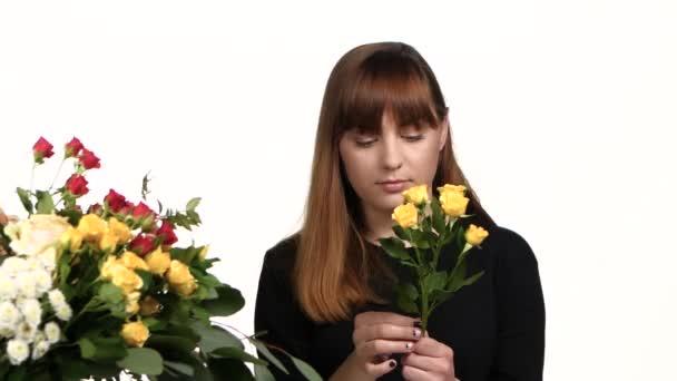 Příprava květiny k prodeji. Bílá. Zblízka