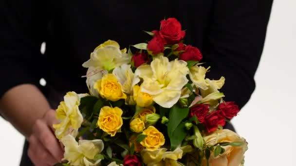 Virágüzlet összegyűjti a virágokat, a csokor. Fehér. Közelről