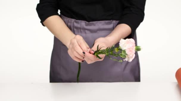 Květinářství ženské ruce, aby se složení květin. Bílá. Zblízka