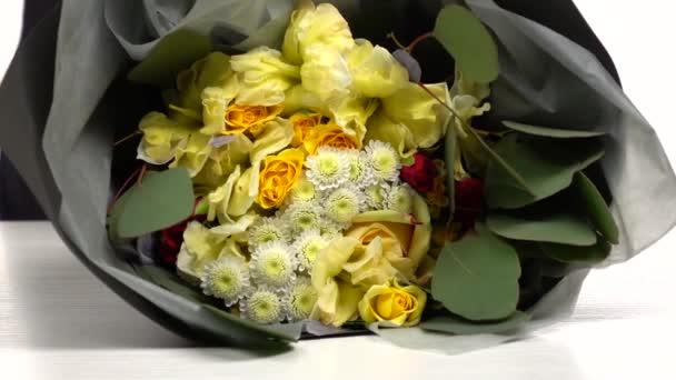 Rostlinné materiály. Držte kytici květin. Bílé. Zpomaleně. Zavřít
