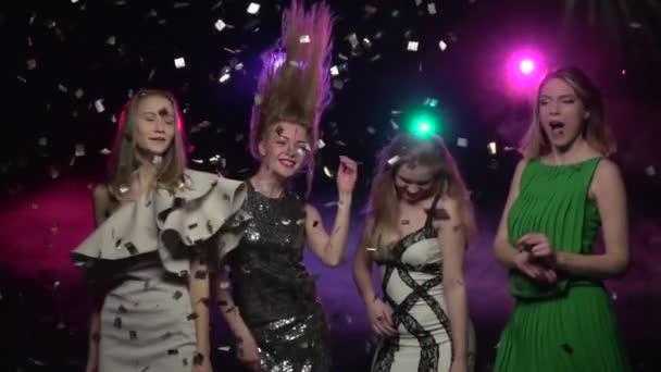Barátnők táncol és fej mozgását a party make. Lassú mozgás