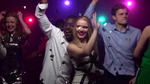 blondes Mädchen tanzt mit afrikanisch-amerikanischem Mann. Zeitlupe