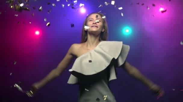 Detail dívky vyvolá třpytky konfety a tancem. Zpomalený pohyb