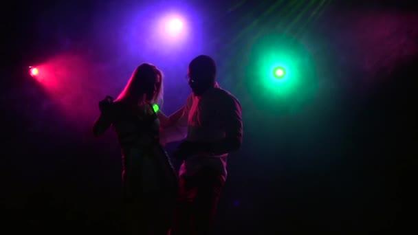 Nahaufnahme der sexy Paare tanzen in der Disco-Stil. Slow-motion