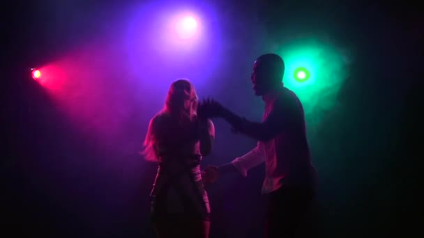 Tanzende Paar lateinamerikanischer Tanz im Paar. Close-up. Slow-motion