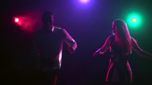 Lateinamerikanischer Tanz des Paares mit synchronisierten Bewegungen. Verlangsamung