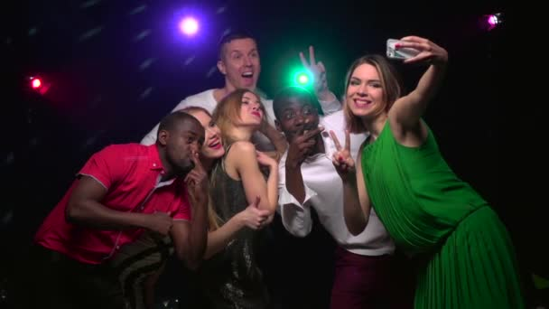 Nahaufnahmen monoethnischer Freunde machen Selfie und tanzen. Zeitlupe