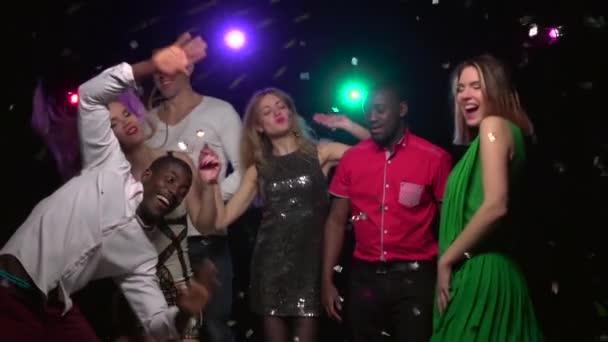 Nahaufnahmen von Menschen unterschiedlicher Nationalitäten, die auf Partys tanzen. Zeitlupe
