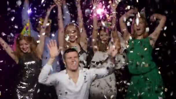 Junge Leute tanzen und wirft Glitter Konfetti auf der party