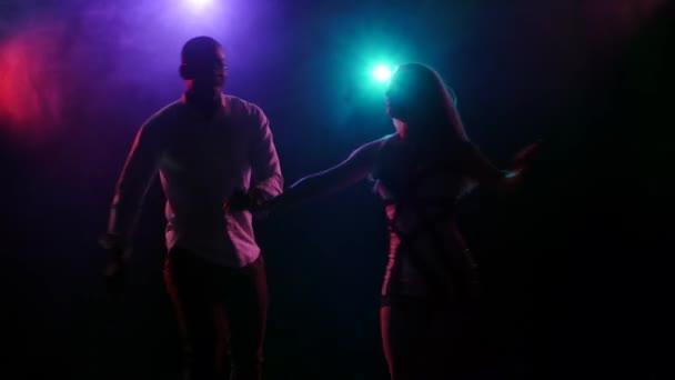Sexy Paare tanzen lateinamerikanischer Tanz im Disco-party