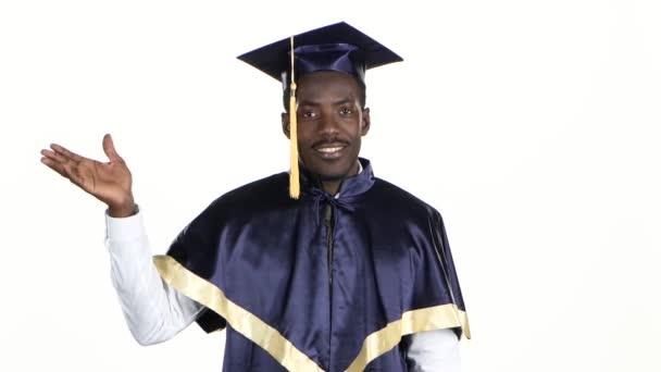 Alumnos De Secundaria Graduado En Vestido De Graduación Blanco De Cerca