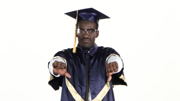Student ve skleničkách ukazující palce. Bílé. Zavřít