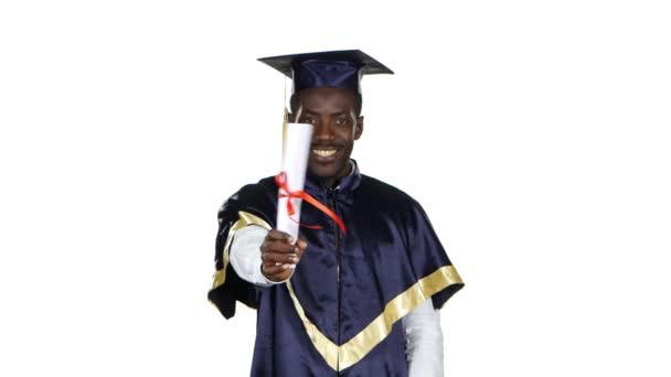 Absolvent s diplomem zabalenou do stuhy. Bílé