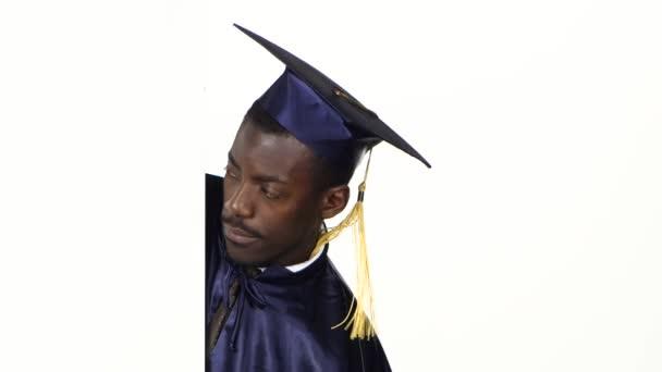 Vystrašený student se podíval na bílou kartu. Bílé. Zavřít