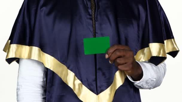 Student drží zelenou kartu a ukazuje palec. Bílé. Zavřít