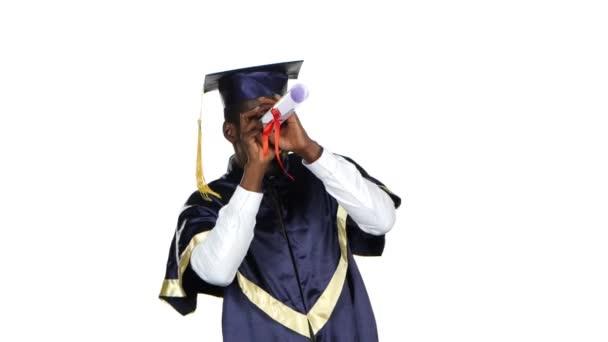 Muž s maturitní šaty a diplom. Bílá