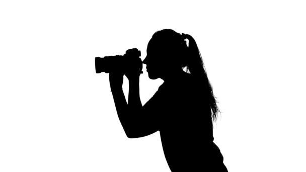 Fotograf fotografiert und dreht sich. weiß. Silhouette