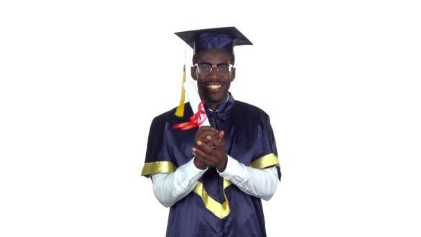 Absolvent univerzity. Student s diplomem. Zpomaleně. Bílé