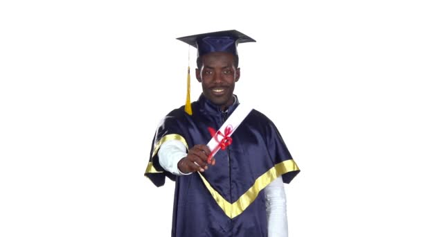 Student s maturitní róbu a diplom. Zpomaleně. Bílé
