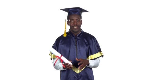 Student s diplomem tancuje. Zpomaleně. Bílé