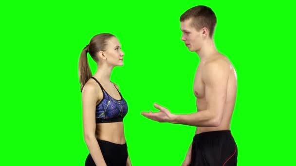 Sportovní dvojice mluví. Zelená obrazovka