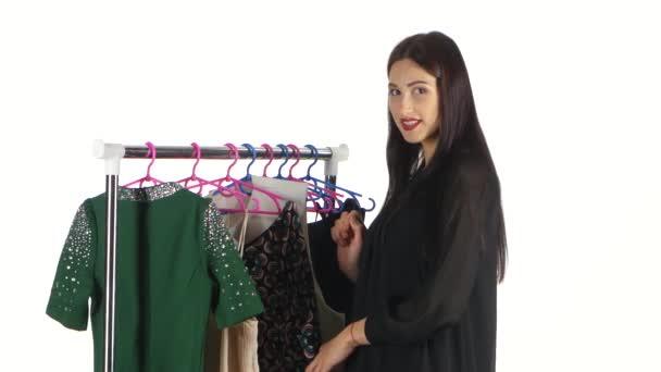 Žena, nakupování oblečení. Bílá