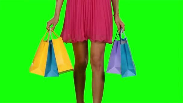 Žena, chůze a držení nákupní tašky. Zelená obrazovka