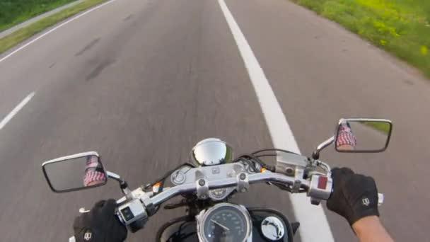 Řídítka motocyklu. Zblízka