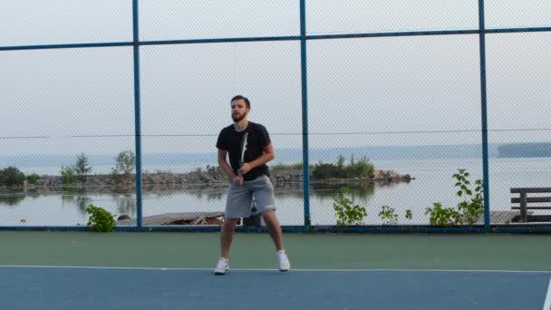Muži hrajou tenis za slunného dne