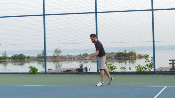 Člověk trénuje své tenisky na venkovním hřišti