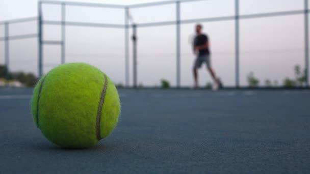 Tenisový míč na hřišti. Lidé se hraje tenis venku