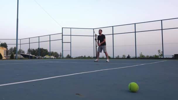 Žlutá tenisový míč a síť na zeleném hřišti. Lidé se hraje tenis venku