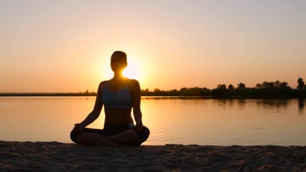 Meditál a lótusz póz narancs nap alatt nő