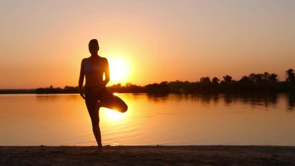 Dívka meditují vedle řeky