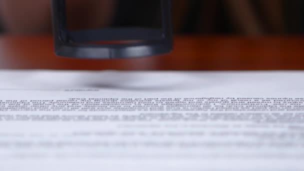 Lidé zpracuje dokumenty a umístí značku těsnění. Detailní záběr
