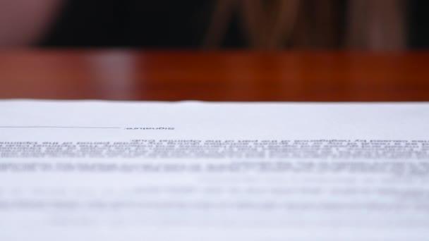 Irodai dolgozó a vállalat pecsét helyez a dokumentum. Közelről