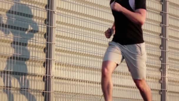 Az ember fut a közúti. Lassított mozgás