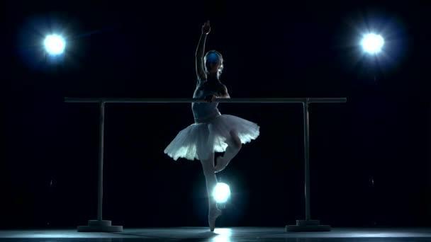 Ballerina trägt weißes Tutu und Spitzenschuhe
