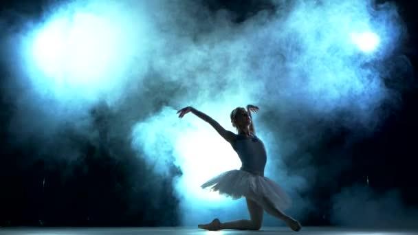 fiatal gyönyörű táncos pózol a stúdió háttere