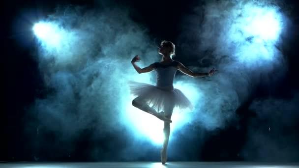 baletka dělá cvičení ve třídě