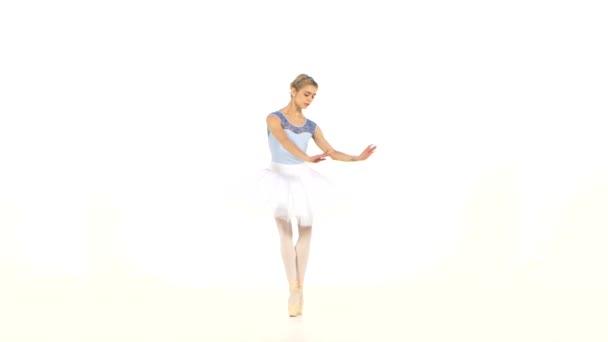 Ballerina nosí bílý Tutu a špičku bot