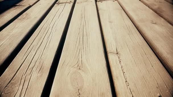 Opuštěné dřevěný most. Dolly. Detailní záběr